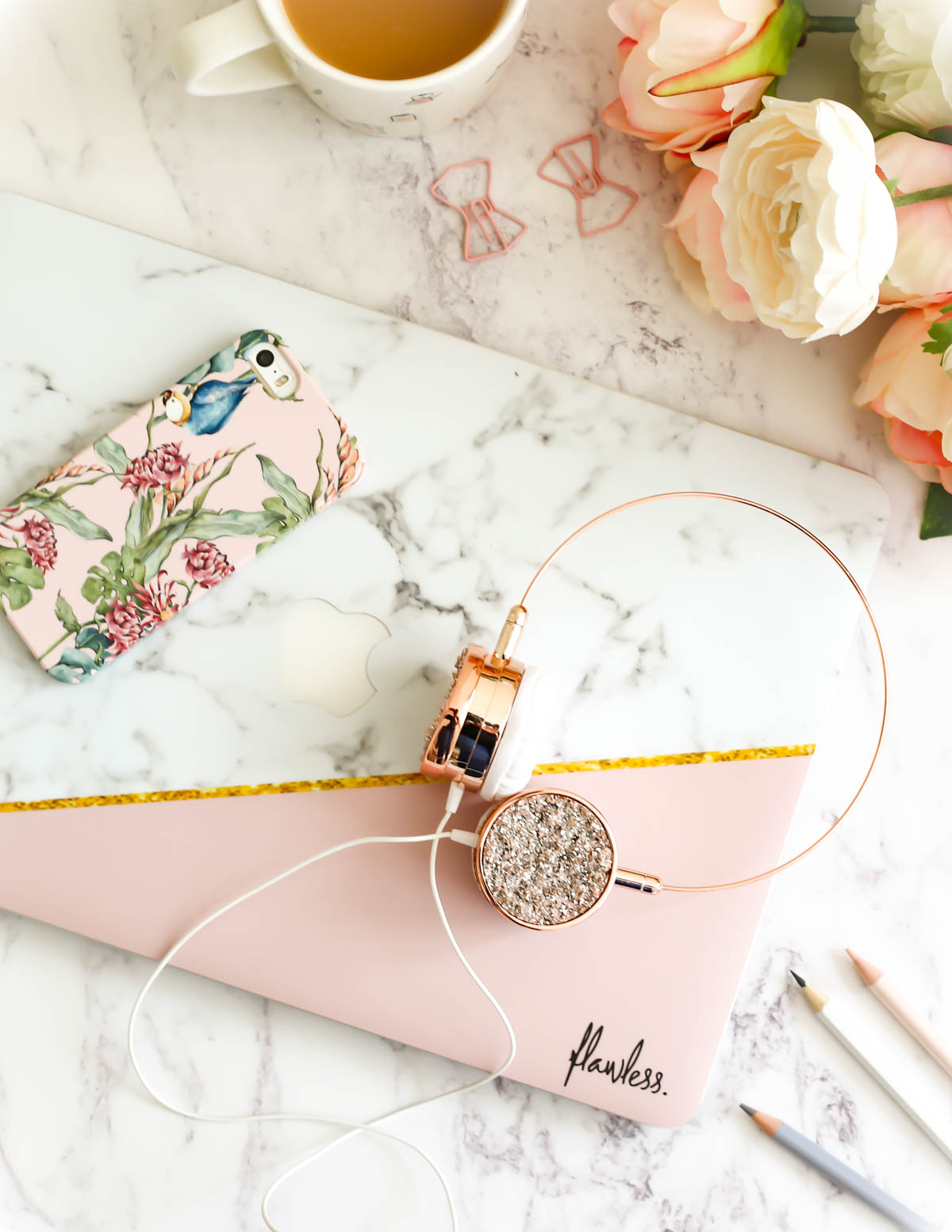 My Workday Essentials | feat Caseapp Parrot & Flowers iPhone Case & Caseapp Macbook Skin in Marble & Dusty Pink & Gold with rosegold headphones