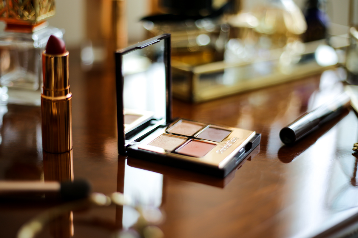 Charlotte Tilbury Bigger Brighter Eyes in Transform Eyes Review & Swatches | feat on wooden dressing table with lipstick _